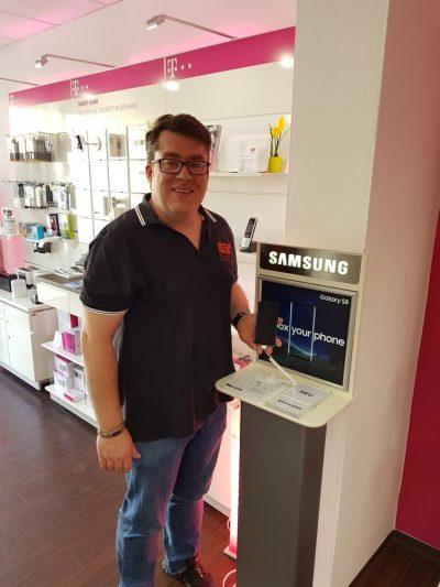 Christoph Vogl mit dem Galaxy S8 im Shop von C&T Krotter