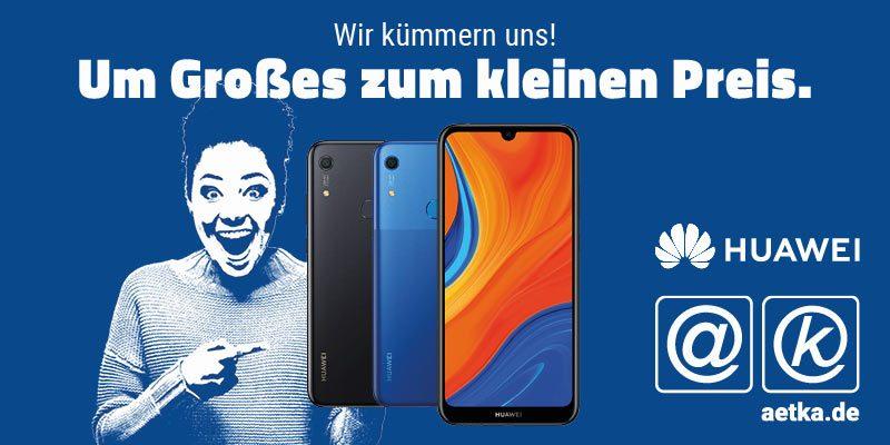 Huawei Y6s und freudig schauende Frau