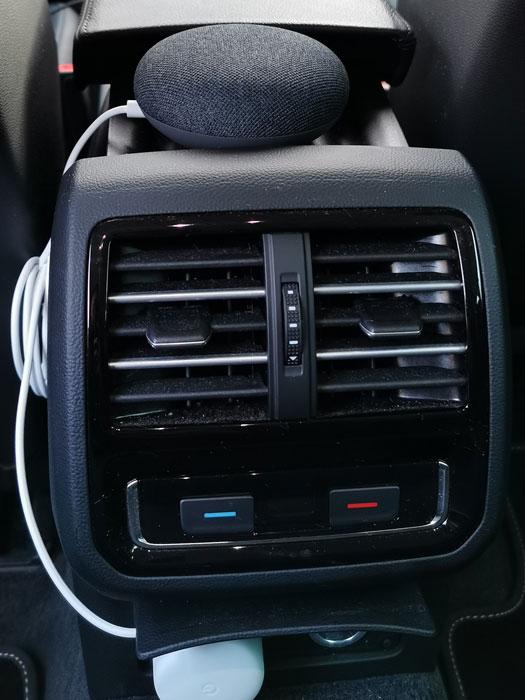 Google Nest Mini im Auto