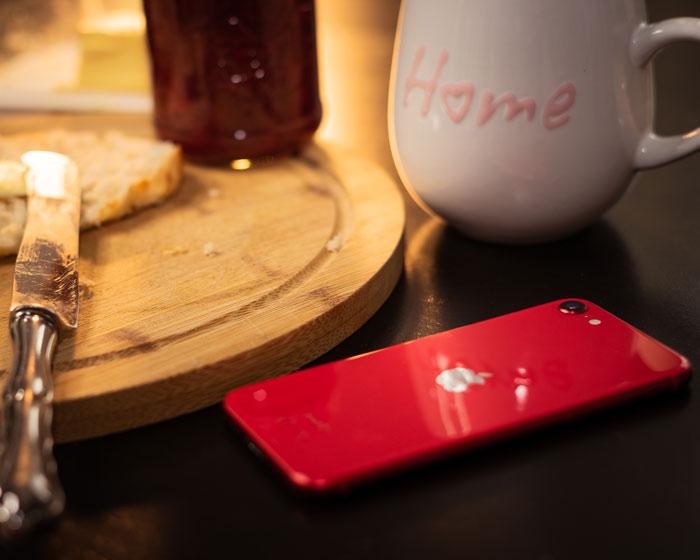 iPhone SE Rückseite auf dem Tisch