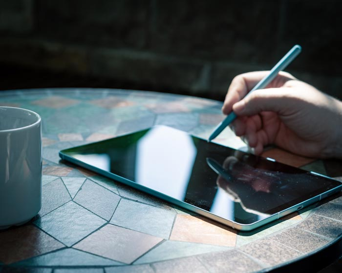 Schreiben und Unterzeichnen von Dokumenten auf dem Tablet